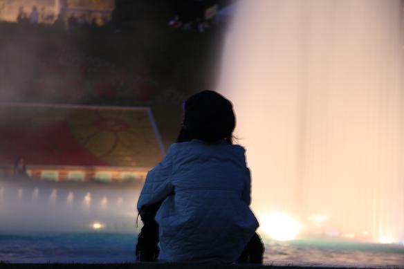噴水を見る女の子.JPG